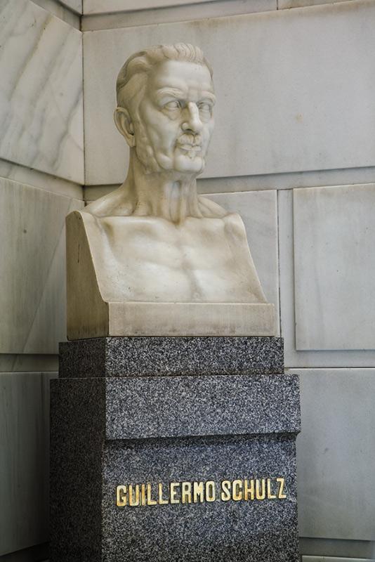 Busto de Guillermo Schulz situado en la escalera principal del IGME