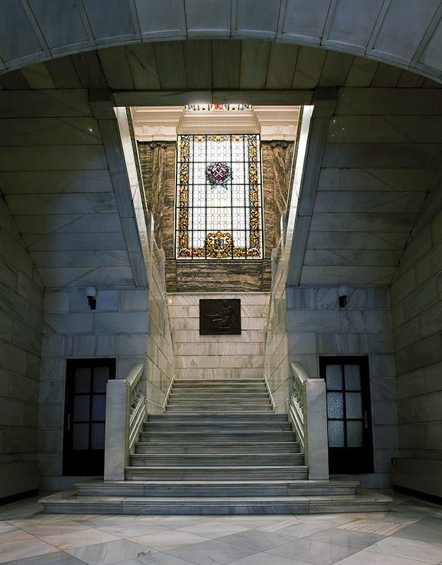 Vestíbulo central y escalera del IGME