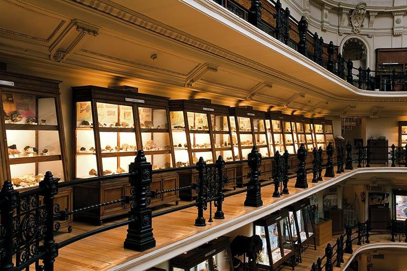 Detalle de los expositores y barandillas de hierro forjado en la segunda planta del Museo del IGME