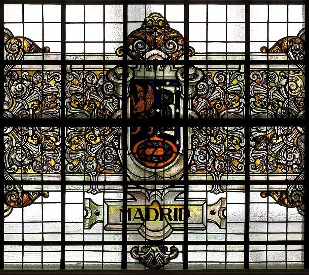 Detalle de la vidriera central del Museo del IGME con el escudo de Madrid