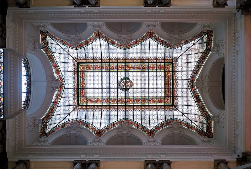 Vidriera de la cubierta de la escalera principal de la Sede del IGME